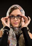 Retrato de las gafas y de la bufanda que llevan de la muchacha imágenes de archivo libres de regalías