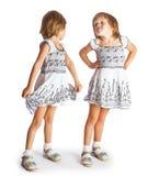 Retrato de las hermanas gemelas alegres que abrazan y que sonríen en la leva Foto de archivo libre de regalías