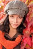 Retrato de las hojas de otoño del modelo femenino hermoso Fotos de archivo libres de regalías