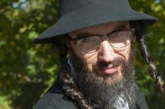 Retrato de las lentes que llevan del hombre judío ortodoxo joven Imagenes de archivo