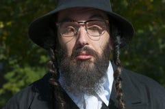 Retrato de las lentes que llevan desconcertantes del hombre judío ortodoxo cerrado de los ojos Imagen de archivo libre de regalías