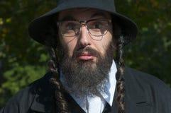 Retrato de las lentes que llevan desconcertantes del hombre judío ortodoxo joven Imagen de archivo libre de regalías