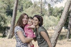 Retrato de las madres felices de las lesbianas con un bebé Fami homosexual Imagen de archivo libre de regalías