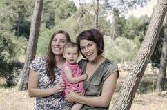 Retrato de las madres felices de las lesbianas con un bebé Fami homosexual Imagen de archivo