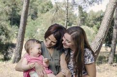 Retrato de las madres felices de las lesbianas con un bebé Fami homosexual Fotografía de archivo