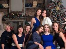 Retrato de las muchachas alegres de los amigos en un partido del Año Nuevo Imagen de archivo