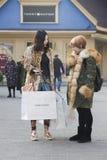 Retrato de las muchachas de compras Imagen de archivo