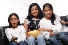 Retrato de las muchachas que ven la TV Imagen de archivo