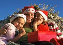 Retrato de las muchachas sonrientes de una Navidad Imágenes de archivo libres de regalías