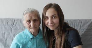Retrato de las mujeres de la sonrisa feliz de la abuela y de la nieta almacen de video