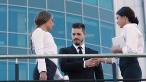 Retrato de las mujeres de negocios elegantes que esperan a su compañero de trabajo en un punto de reunión afuera metrajes