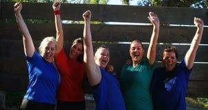 Retrato de las mujeres felices que animan durante carrera de obstáculos almacen de video