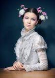 Retrato de las mujeres jovenes con las flores frescas en pelo Fotografía de archivo