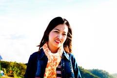 Retrato de las mujeres jovenes que se colocan en un parque del jardín de Sakura Imagen de archivo libre de regalías