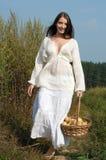 Retrato de las mujeres rurales con la cesta de manzanas Fotos de archivo