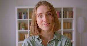 Retrato de las sonrisas jovenes caucásicas del estudiante alegre y soñador en cámara en casa metrajes