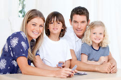 Retrato de las tarjetas que juegan de una familia Fotos de archivo