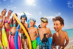 Retrato de las vacaciones del grupo de los niños en una playa Fotos de archivo
