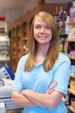 Retrato de las ventas auxiliares en el pago y envío del supermercado Fotos de archivo