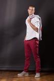 Retrato de levantamento clássico do homem novo que está 20 anos de calças velhas sh Fotos de Stock