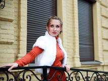 Retrato de levantar a menina à moda na laranja Imagens de Stock Royalty Free