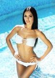 Retrato de lindo, 'sexy', jovem senhora no roupa de banho branco de fascínio fotos de stock royalty free