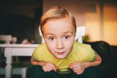 Retrato de Little Boy engraçado Fotos de Stock