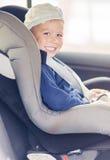 Retrato de Little Boy feliz caucásico joven que se sienta en coche Sa Fotografía de archivo