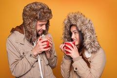 Retrato de llevar de los pares abrigos de invierno Foto de archivo libre de regalías