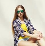 Retrato de llevar elegante de la mujer bastante joven gafas de sol Foto de archivo