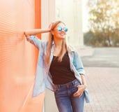 Retrato de llevar sonriente feliz de la mujer joven ropa casual Fotografía de archivo