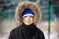 Retrato de los 6 años felices de muchacho en invierno Foto de archivo libre de regalías