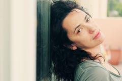 Retrato de los 35 años hermosos de la mujer Foto de archivo libre de regalías