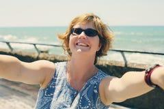 Retrato de los 35 años hermosos de la mujer Imagenes de archivo