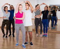 Retrato de los adolescentes felices que estudian en la escuela de danza Imagen de archivo libre de regalías
