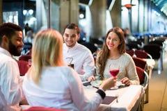 Retrato de los adultos relajados que cenan al aire libre Fotos de archivo libres de regalías
