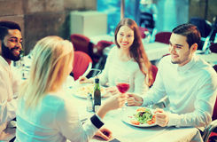 Retrato de los adultos relajados que cenan al aire libre Foto de archivo libre de regalías