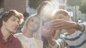 Retrato de los amigos alegres que hacen la foto del selfie en smartphone en patio trasero del jardín metrajes