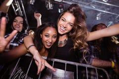 Retrato de los amigos femeninos alegres que gozan en el club nocturno fotografía de archivo libre de regalías