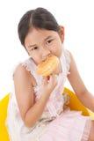Retrato de los anillos de espuma eatting de la muchacha Fotos de archivo