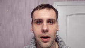 Retrato de los cambios de un hombre una expresión seria en un estúpido y sorprendida con los ojos que bombean almacen de metraje de vídeo