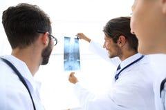 Retrato de los cirujanos felices que llevan a cabo informe de la radiografía Foto de archivo libre de regalías