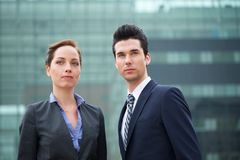 Retrato de los colegas de un negocio de dos jóvenes al aire libre fotos de archivo