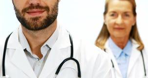 Retrato de los doctores que se unen en hospital almacen de metraje de vídeo