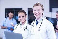Retrato de los doctores que usan el ordenador portátil Imagen de archivo libre de regalías