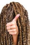 Retrato de los dreadlocks de la mujer joven que gesticulan con la mano del finger Fotografía de archivo libre de regalías