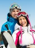 Retrato de los esquiadores de abarcamiento de los pares Imágenes de archivo libres de regalías