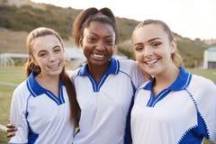 Retrato de los estudiantes femeninos de la High School secundaria que juegan en equipo de fútbol fotografía de archivo