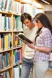 Retrato de los estudiantes jovenes que miran un libro Imágenes de archivo libres de regalías