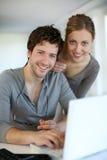 Retrato de los estudiantes jovenes que trabajan en el ordenador portátil Imagenes de archivo